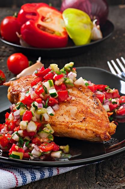 Poitrine De Poulet Grillée Avec Salsa De Tomates Fraîches Photo Premium