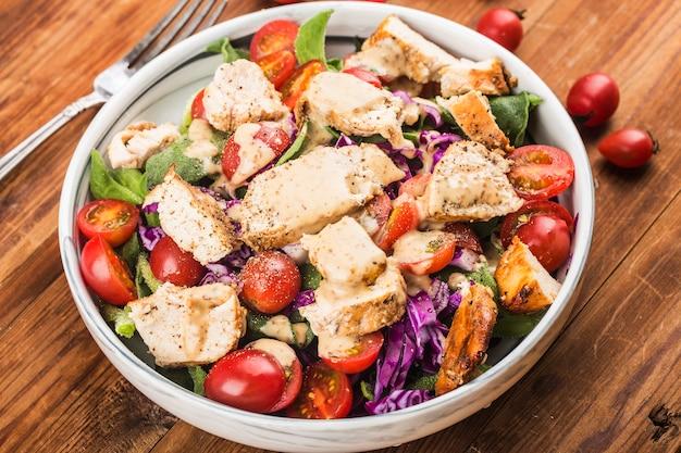 Poitrine De Poulet Avec Salade Fraîche ¼âœ Menu Santé Pour Le Déjeuner. Nourriture Diététique. Photo Premium