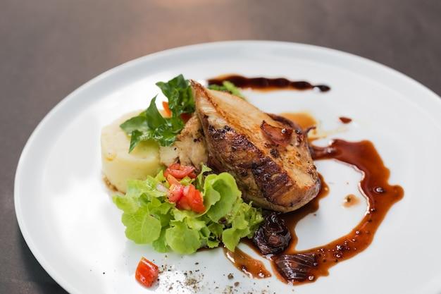 Poitrine de poulet avec salade fraîche Photo gratuit