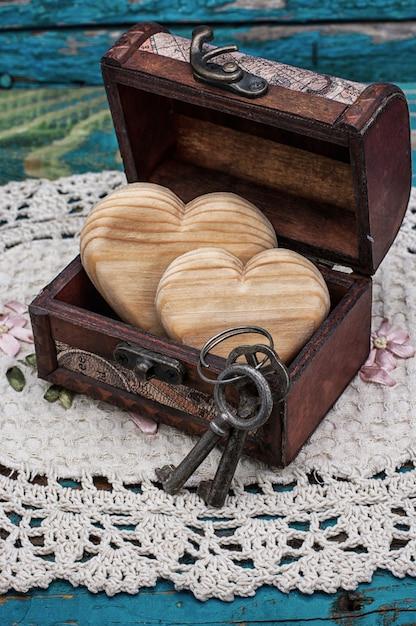 Poitrine vintage en bois coeurs à l'intérieur Photo Premium