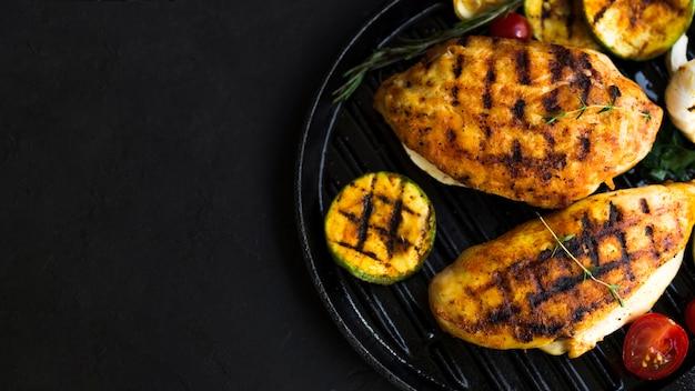 Poitrines de poulet grillées avec des légumes Photo gratuit