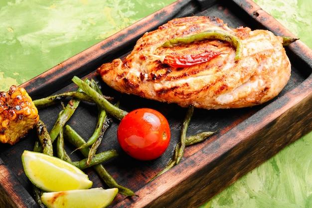 Poitrines de poulet grillées marinées Photo Premium