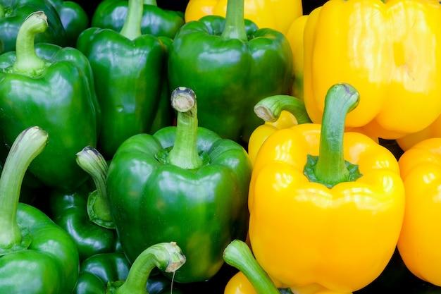 Poivron vert et jaune frais (poivron ou poivron) sur le marché du frais Photo Premium