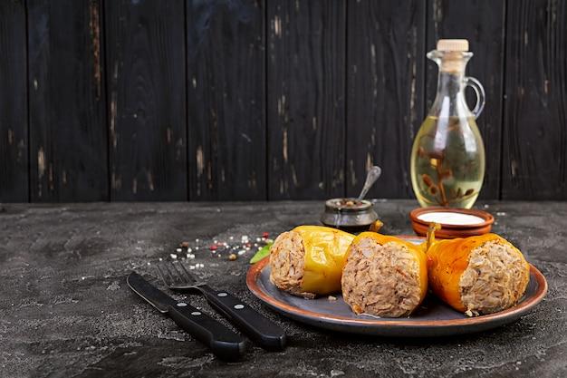 Poivrons Farcis Colorés Avec Du Riz Et De La Viande Hachée Sur Table En Bois. Photo Premium