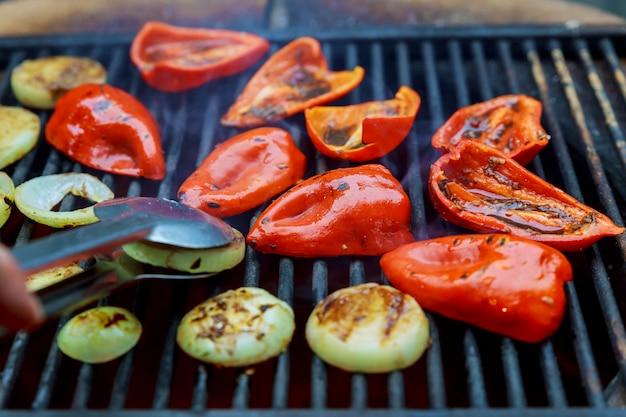 Poivrons rouges grillés et oignons grillés Photo Premium