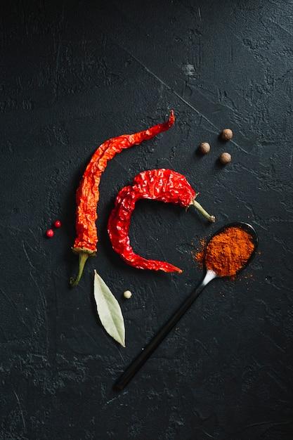 Poivrons rouges et poudre épicée vue de dessus Photo gratuit