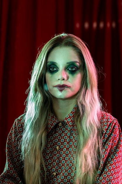 Poker face au clown féminin halloween fou Photo gratuit