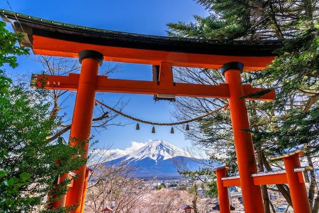 Pôle Rouge Et Montagnes Du Fuji Au Japon. Photo gratuit