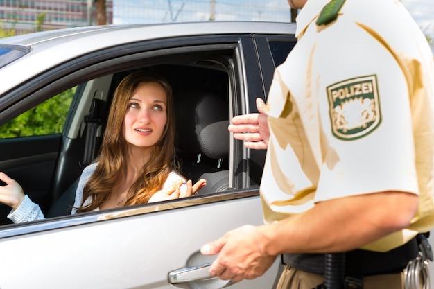 Police - Une Femme Victime D'infractions Au Code De La Route Obtient Un Billet Photo Premium