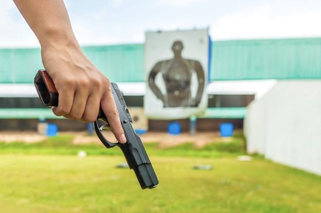 Policier tenant un pistolet d'application de la loi Photo Premium