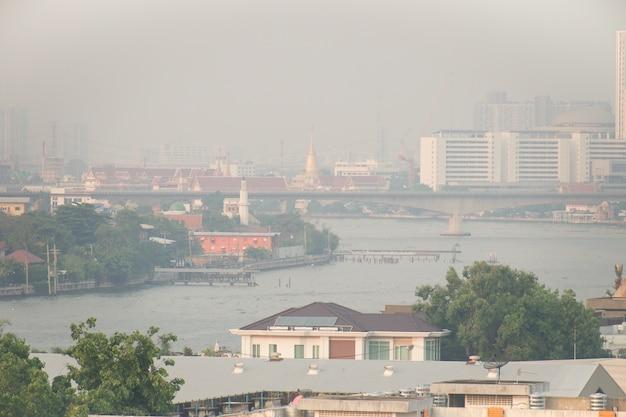 La pollution de l'air causée par de nombreuses particules de poussière ou de pm2,5 dépasse la norme à bangkok, en thaïlande. Photo Premium