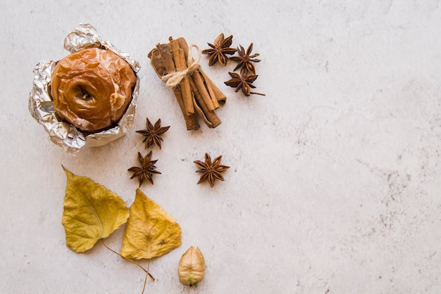 Pomme au four en papillote avec cannelle Photo gratuit
