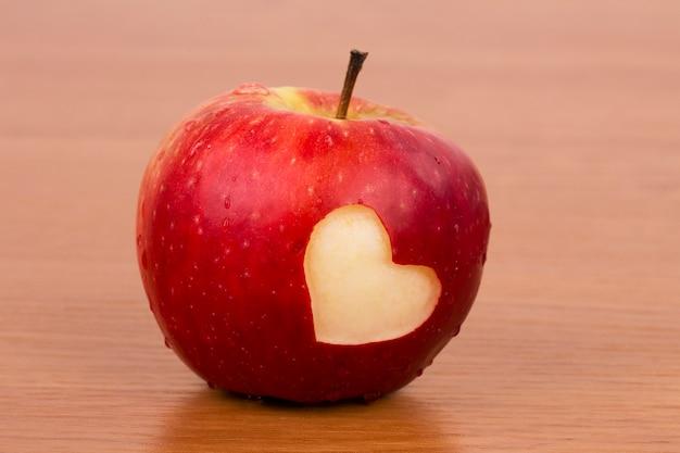 Pomme fraîche avec coeur, thème de la saint-valentin Photo Premium
