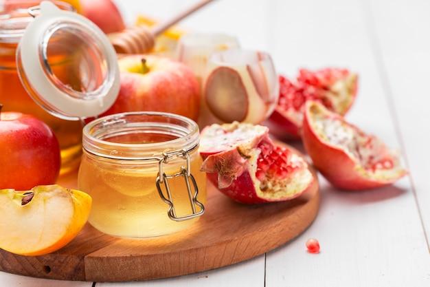 Pomme et miel, nourriture traditionnelle du nouvel an juif - rosh hashana. Photo Premium