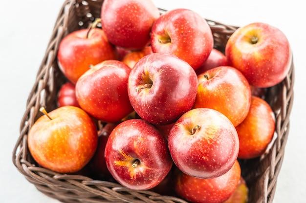Pomme Rouge Dans Le Panier Photo gratuit