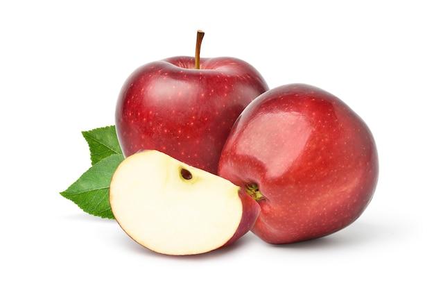 Pomme Rouge Fraîche Avec Des Feuilles Tranchées Et Vertes Isolé Sur Fond Blanc Photo Premium
