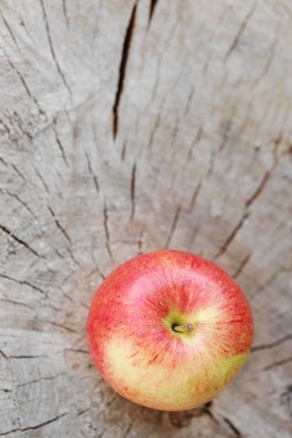 Pomme sur une surface en bois Photo gratuit