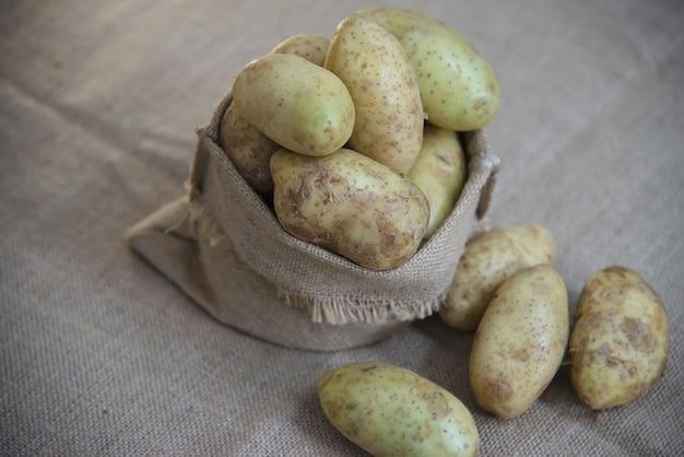 Pomme de terre fraîche dans la cuisine prête à être cuisinée Photo gratuit