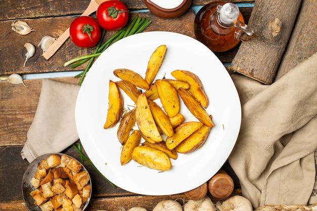 Pomme de terre frite aux herbes et au yaourt en plaque blanche. Photo gratuit