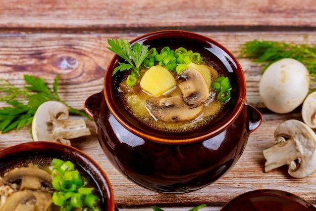Pomme De Terre Maison Aux Champignons Et Viande Dans Un Pot En Argile Aux Herbes Photo Premium