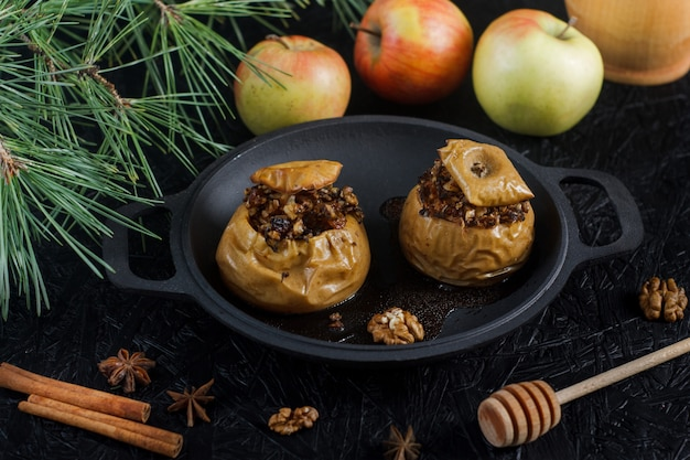 Pommes Au Four Avec Noix Et Fruits Secs. Dessert Du Nouvel An Et De Noël Photo Premium