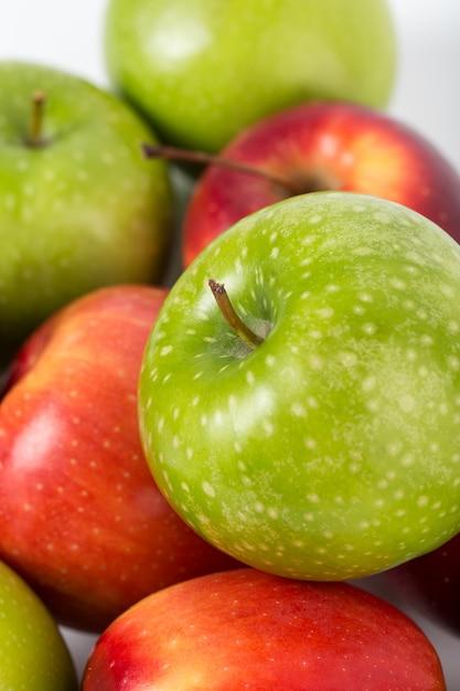 Pommes Colorées Fraîches Mûres Mûres Juteuses Sur Un Bureau Blanc Photo gratuit