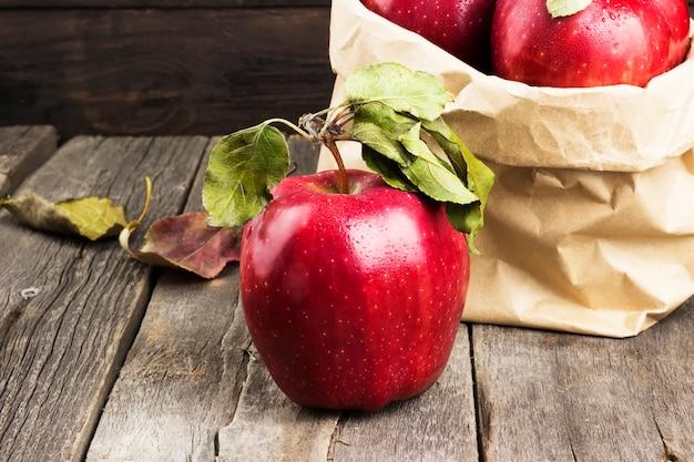 Pommes dans un emballage en papier Photo Premium