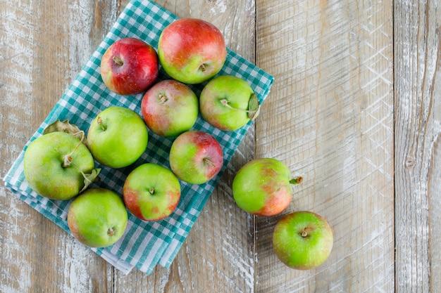 Pommes éparpillées Sur Tissu En Bois Et Pique-nique. Photo gratuit