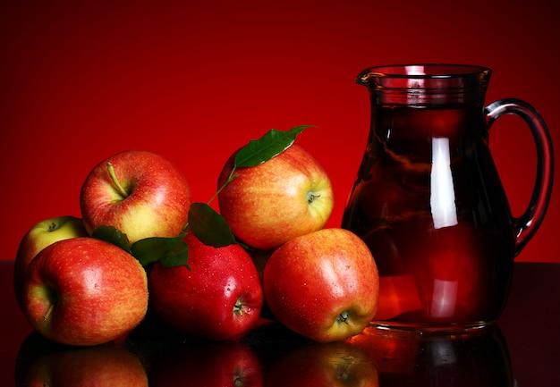 Pommes Et Pichet Avec Jus Photo gratuit