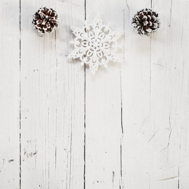 Pommes de pin et flocons de neige avec espace de copie en bas Photo gratuit