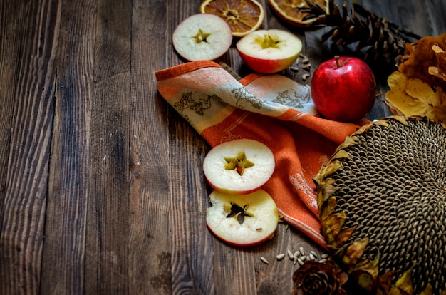 Pommes rouges automne vintage sur fond en bois Photo Premium