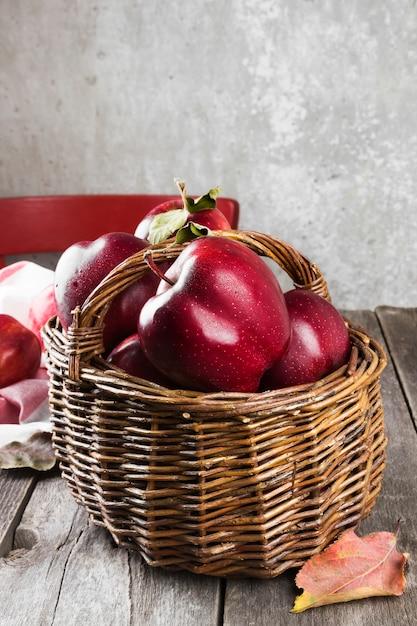 Pommes rouges dans un panier Photo Premium