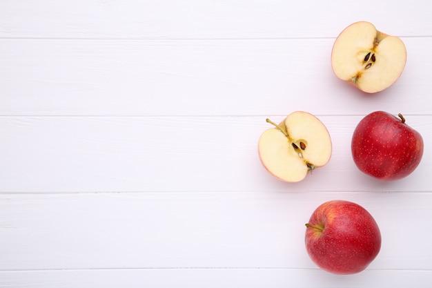Pommes Rouges Fraîches Sur Un Bois Blanc Photo Premium