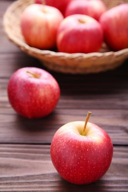 Pommes rouges fraîches sur fond en bois Photo Premium