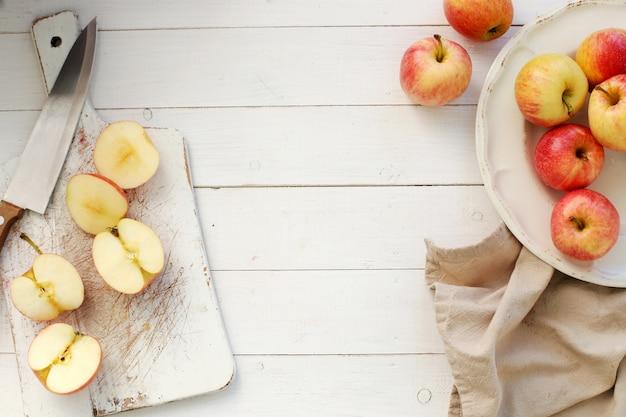 Pommes Rouges Fraîches Sur Une Table En Bois Photo gratuit