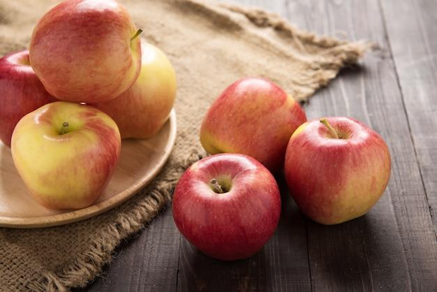 Pommes Rouges Mûres Fraîches Sur Table En Bois Photo Premium