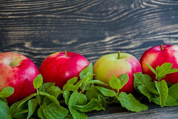 Pommes Rouges Mûres à La Menthe. Photo Premium