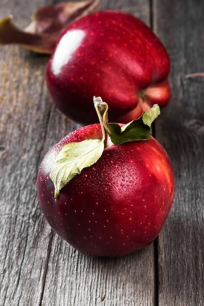 Pommes rouges sur une surface en bois sombre Photo Premium