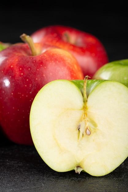 Pommes Rouges Et Vertes Mûres Fruits Juteux Mûrs Isolés Sur Fond Gris Photo gratuit