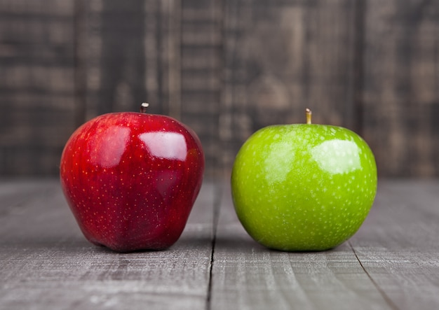 Pommes Rouges Et Vertes Sur Table En Bois Photo Premium