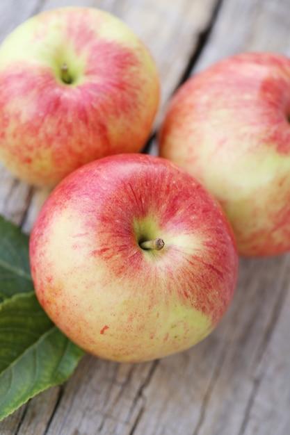 Pommes sur une surface en bois Photo gratuit