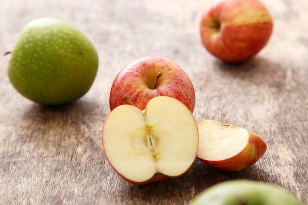 Pommes sur la table Photo gratuit
