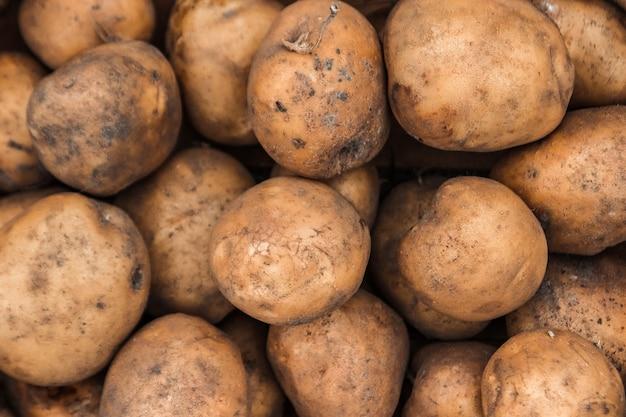 Pommes de terre biologiques fraîches sur pied en fond de supermarché Photo Premium