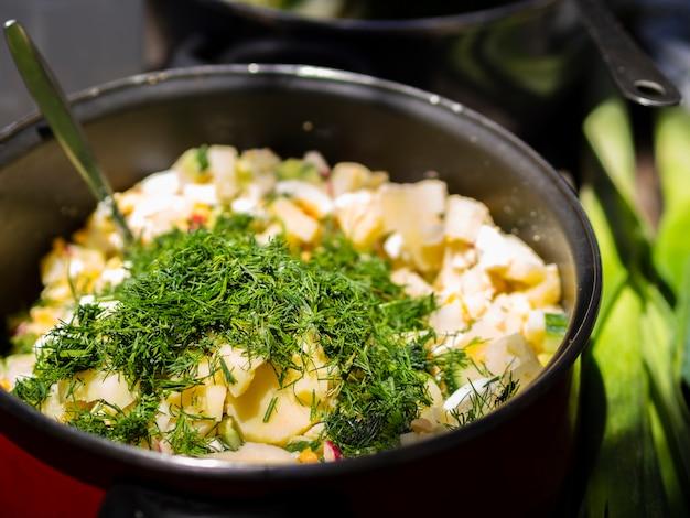 Pommes de terre bouillies saupoudrées d'aneth haché Photo gratuit