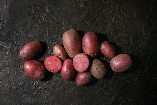 Pommes de terre crues lilu rose Photo Premium