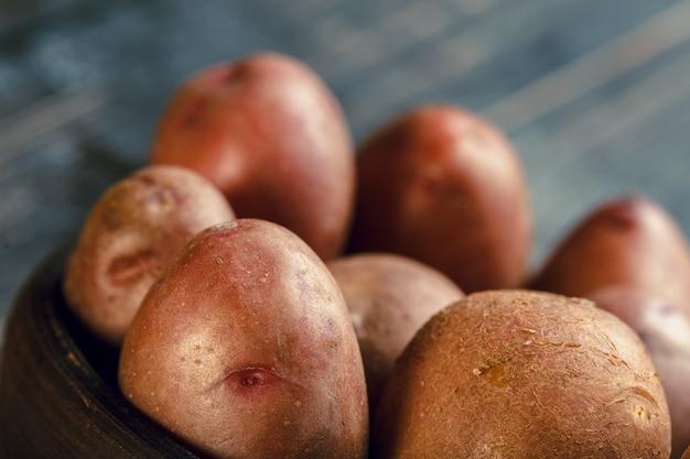 Pommes de terre fraîches sur le bois Photo Premium