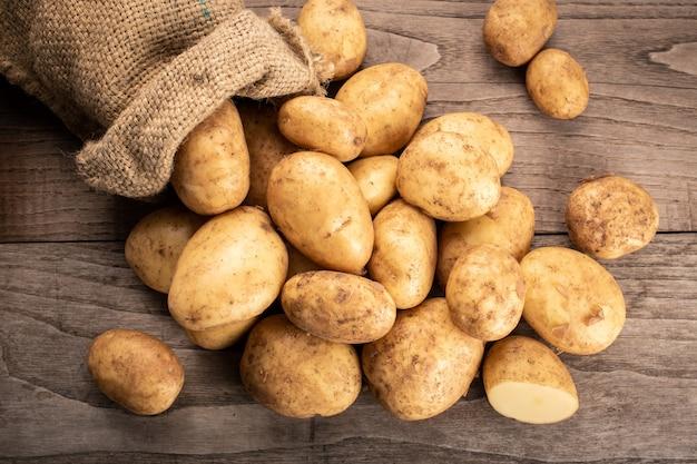 Pommes de terre fraîches sur bois Photo Premium