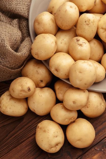 Pommes de terre fraîches dans un panier Photo Premium