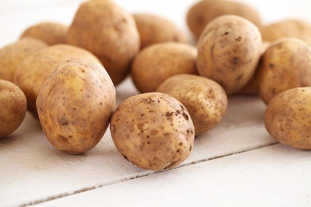 Pommes de terre non pelées rustiques sur une table Photo gratuit
