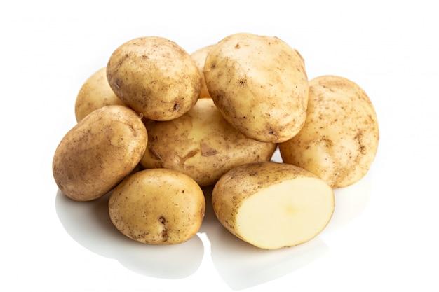 Pommes de terre nouvelles fraîches isolés sur blanc Photo Premium